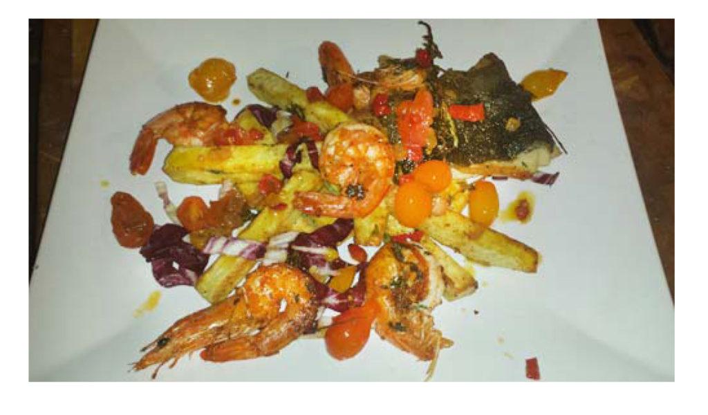 Frites africaines, crevettes, morue charbonnière et sauce salsa